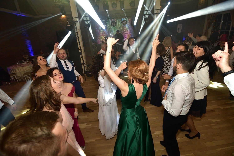 oameni care danseaza la nunta dj brasov